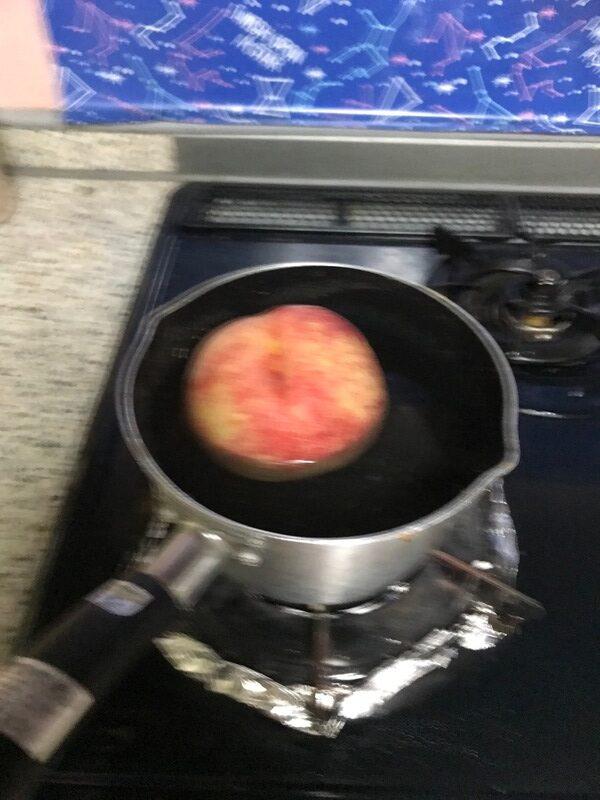 桃をお湯でゆでる様子