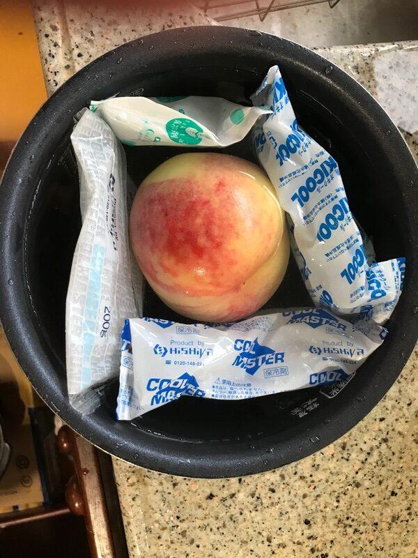 桃を冷やす様子
